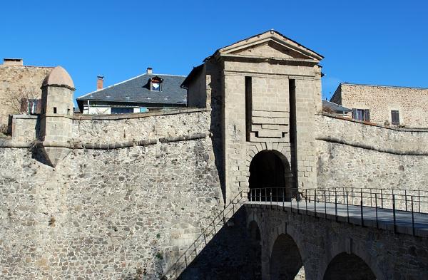 L'entrée de Mont-Louis à proximité des Angles